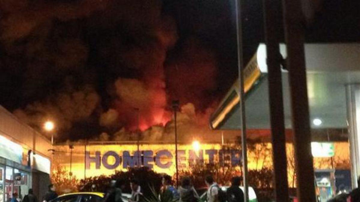 [VIDEO] Bomberos trabaja en control de incendio en Homecenter de Los Orientales