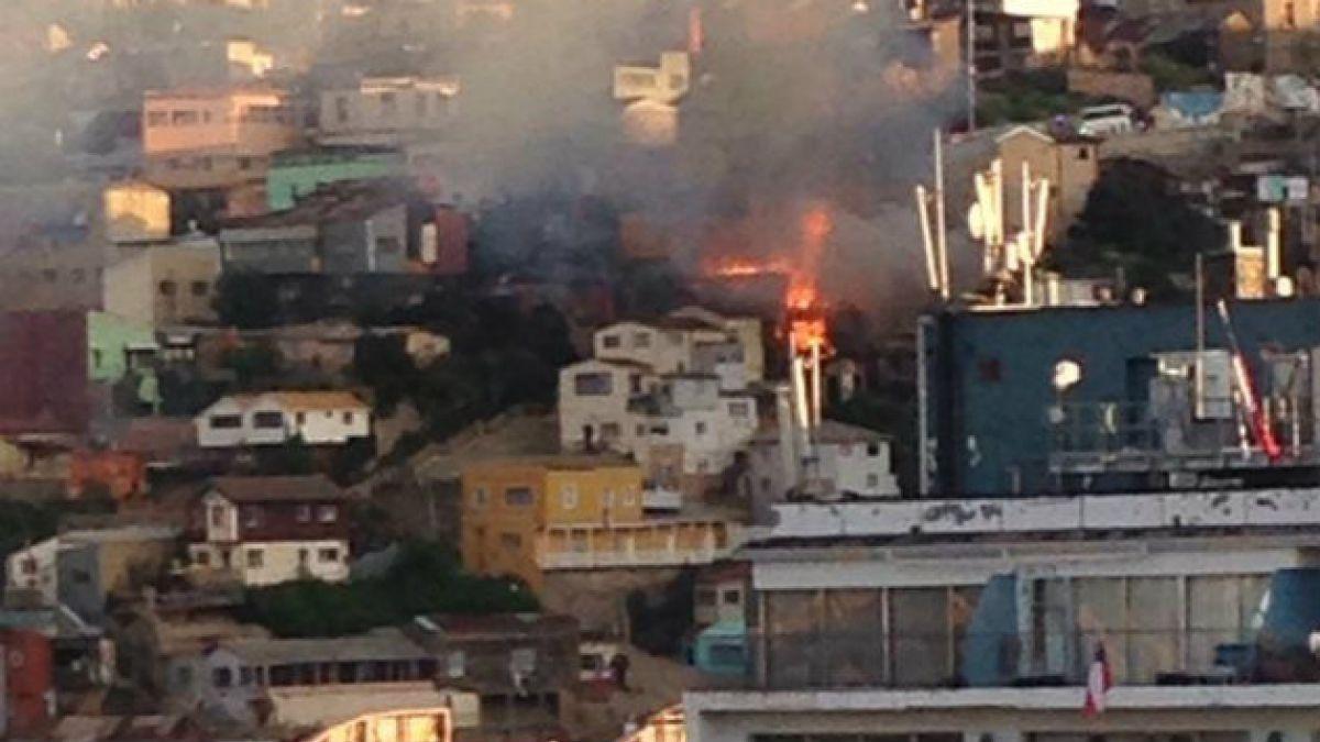 Incendio en Cerro Mariposas consume al menos dos viviendas en Valparaíso