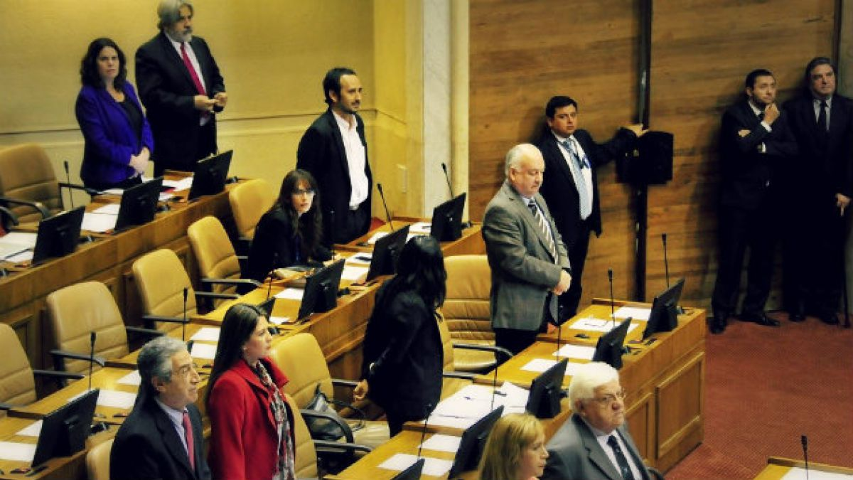 Comisión de ética descarta sanción a Camila Vallejo por permanecer sentada en minuto de silencio a J