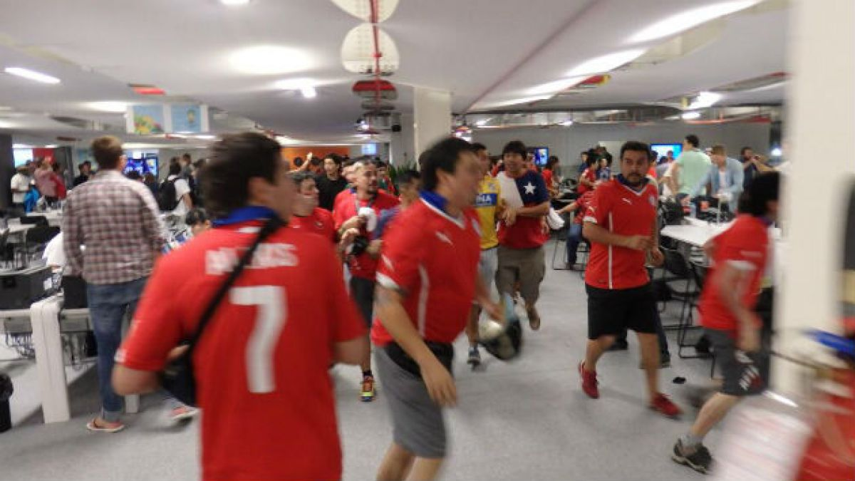[Fotos] Hinchas chilenos arrasan con centro de prensa en el Maracaná