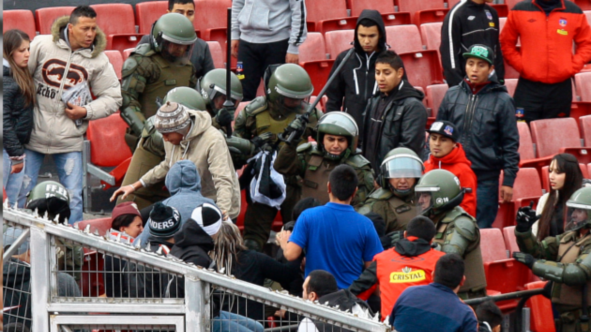[FOTOS] Incidentes entre carabineros e hinchas de ColoColo en el Estadio Nacional