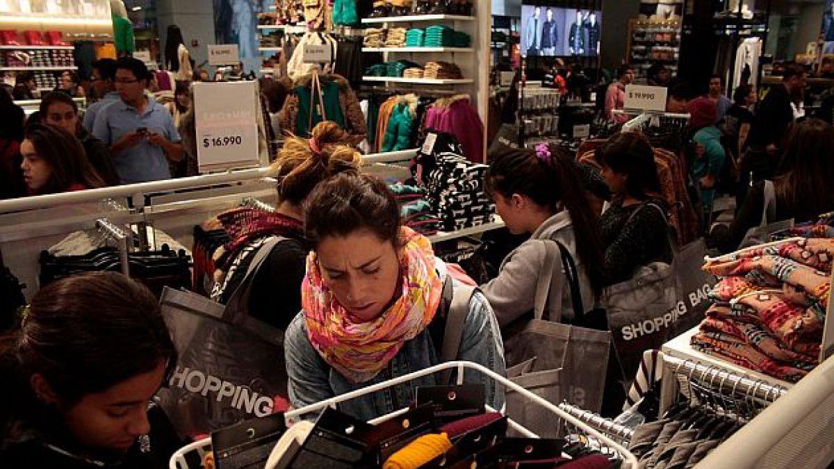Adimark: Confianza de consumidores llega a su menor nivel en tres años en medio de desaceleración