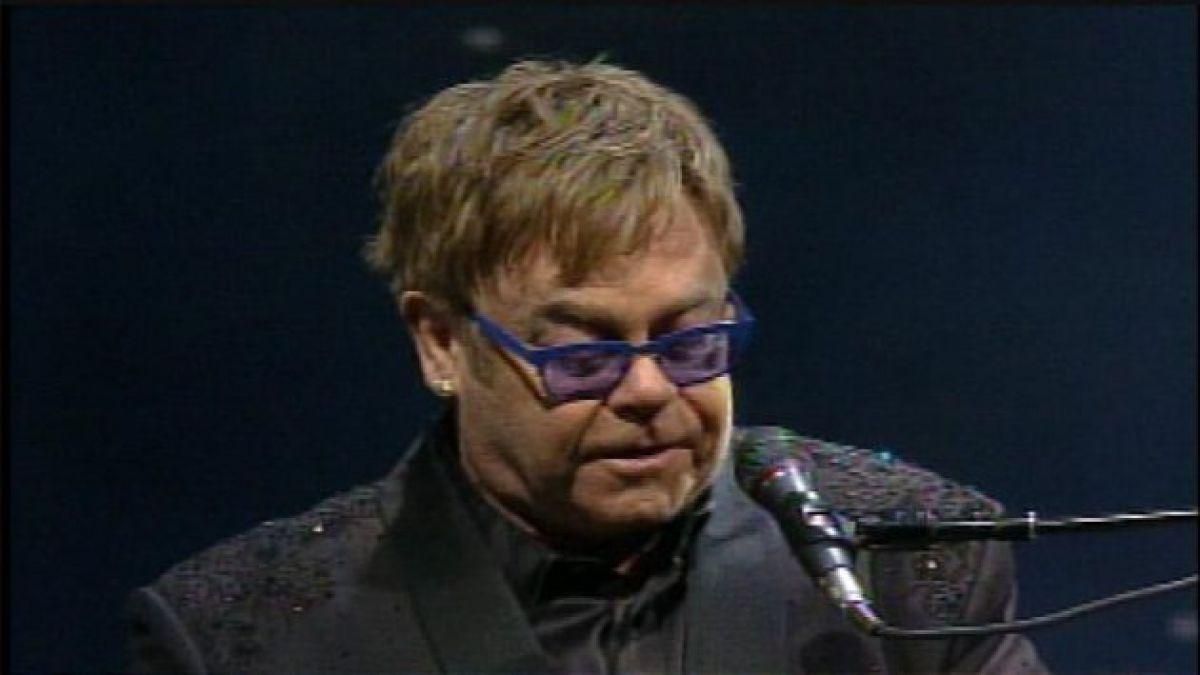 Elton John sufre operación al apéndice