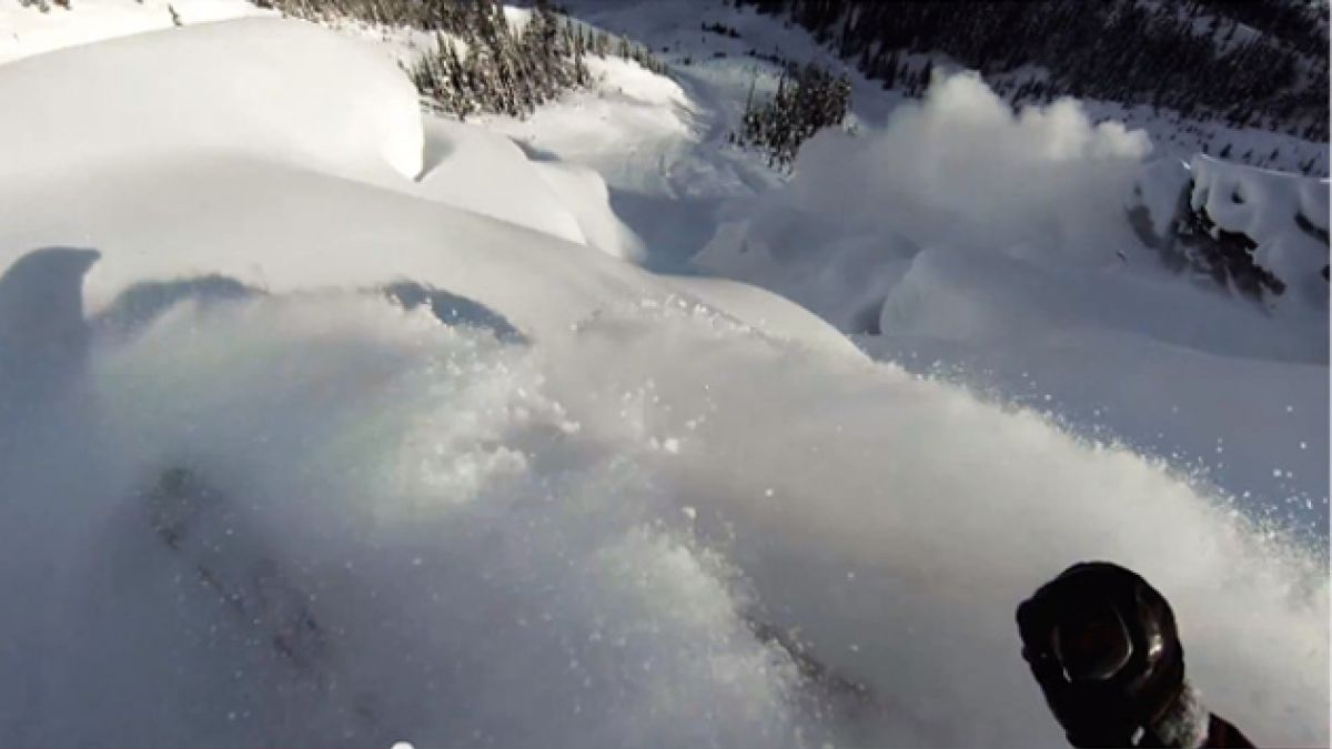 VIDEO: Esquiador graba mientras se enfrenta a una avalancha
