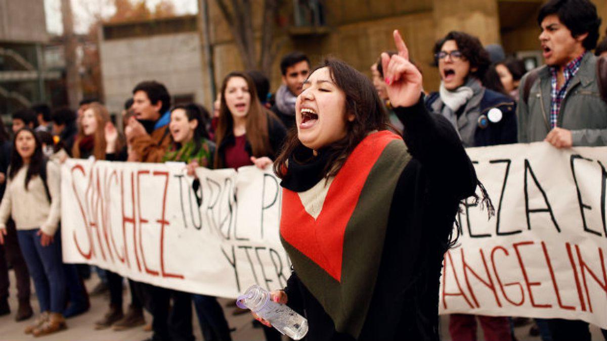 Estudiantes intentan funar a Bachelet y a Eyzaguirre por reforma educacional