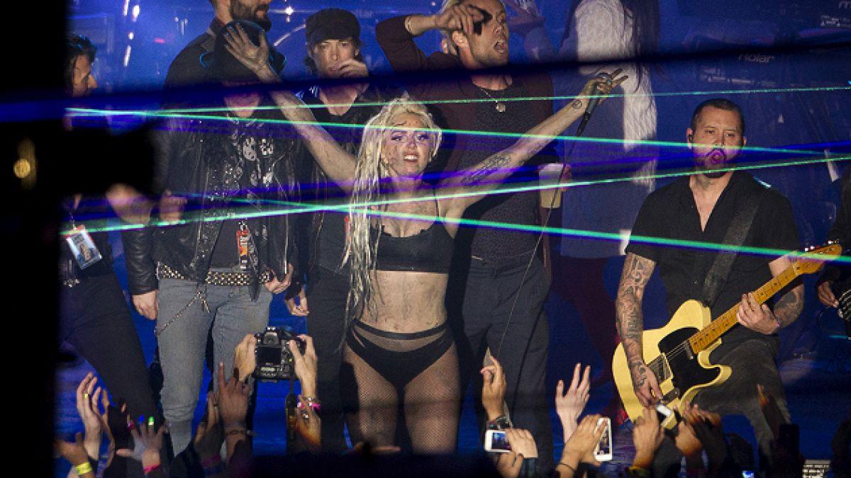 La última locura de Lady Gaga: Deja que le vomiten encima