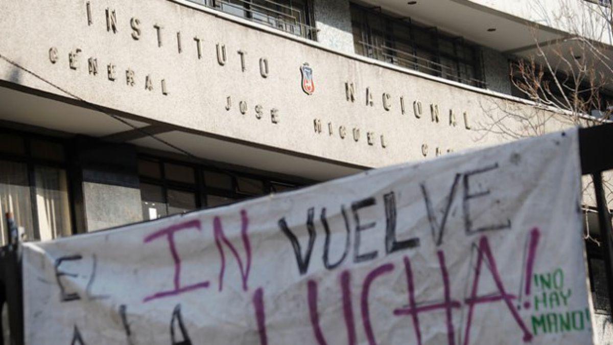 Tomas en Santiago: 5 liceos siguen ocupados y Municipio pide restitución de dos de ellos por incumpl