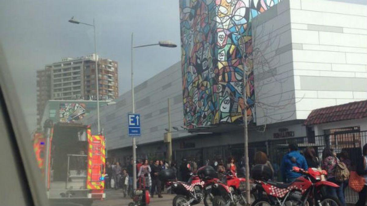 Evacúan centro comercial Apumanque por presunto incendio
