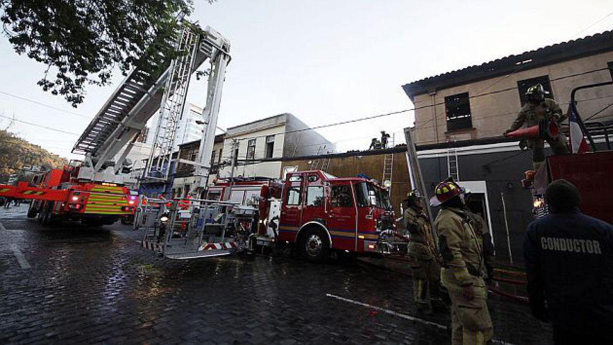 Tránsito en Manuel Montt fue restablecido tras incendio que afectó a cuatro locales
