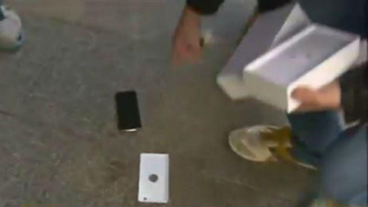 [VIDEO] Fue el primero en comprar el iPhone 6 y al abrirlo se le cae