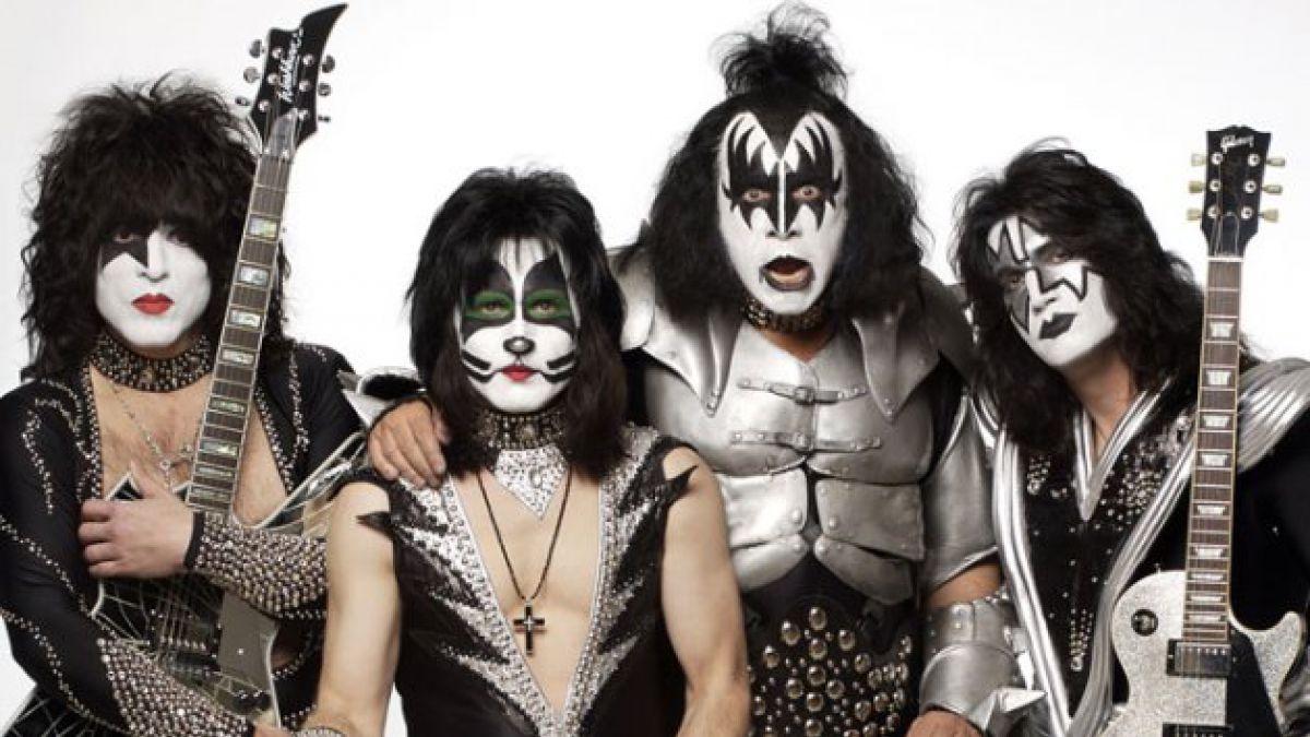 Gene Simmons confirma película sobre legendaria visita de Kiss a secundaria en 1975