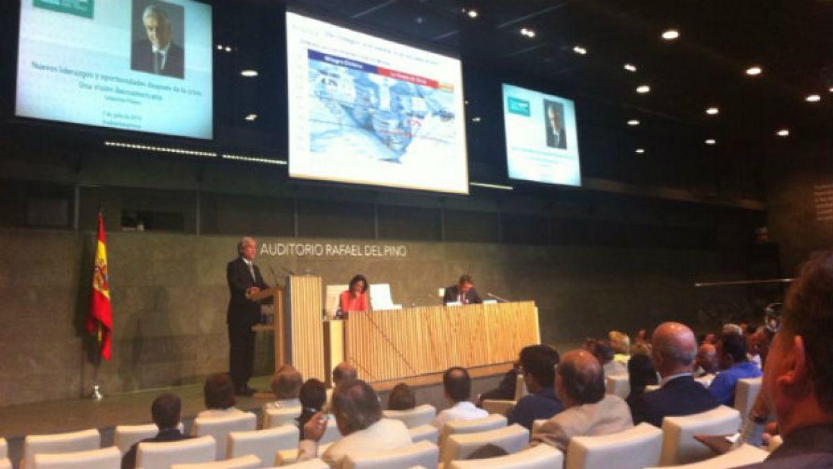 Sebastián Piñera condena el aborto y defiende el sistema de AFP en conferencia en Madrid