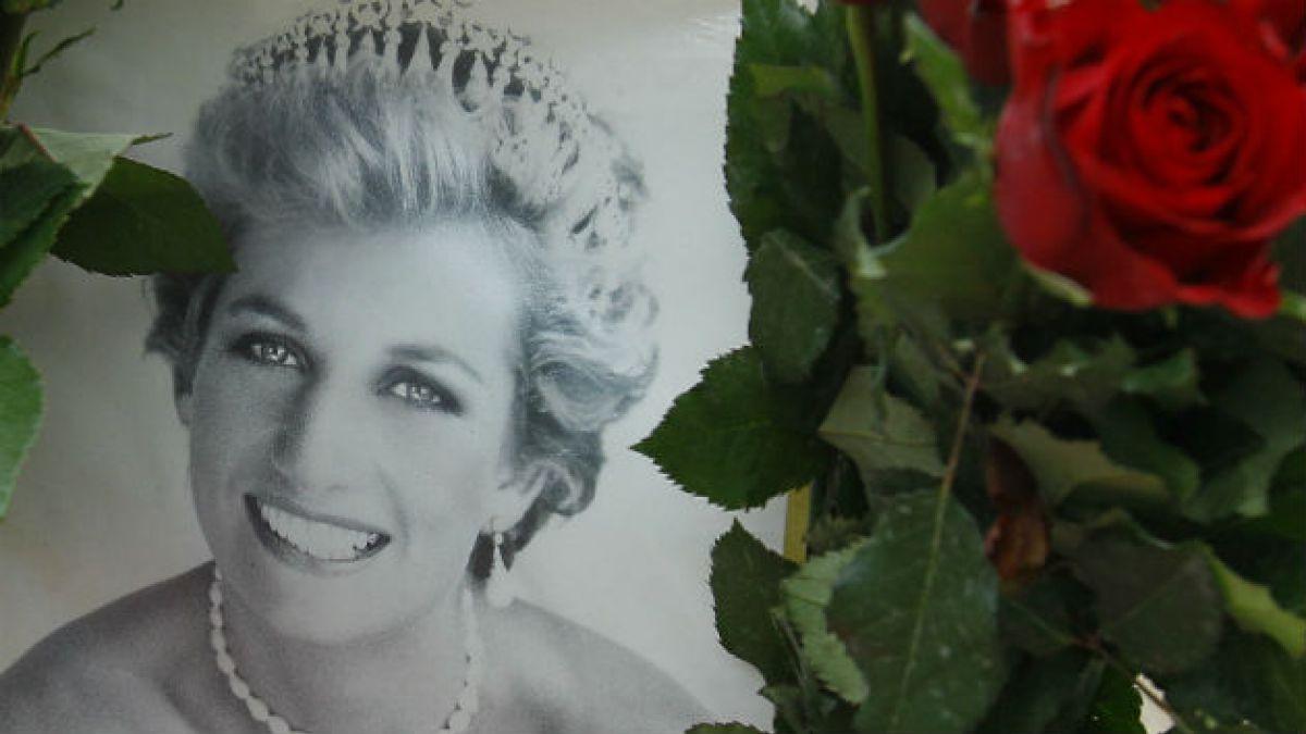 Subastan rebanada de torta de novios de Lady Di conservada desde 1981