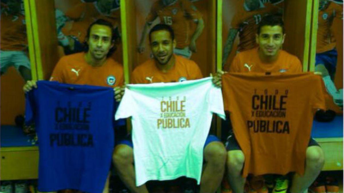 Jorge Valdivia muestra poleras de apoyo a los estudiantes