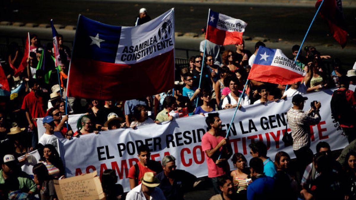 Informe Democracia en Chile: Aumentan chilenos que aprueban manifestaciones y baja identificación co