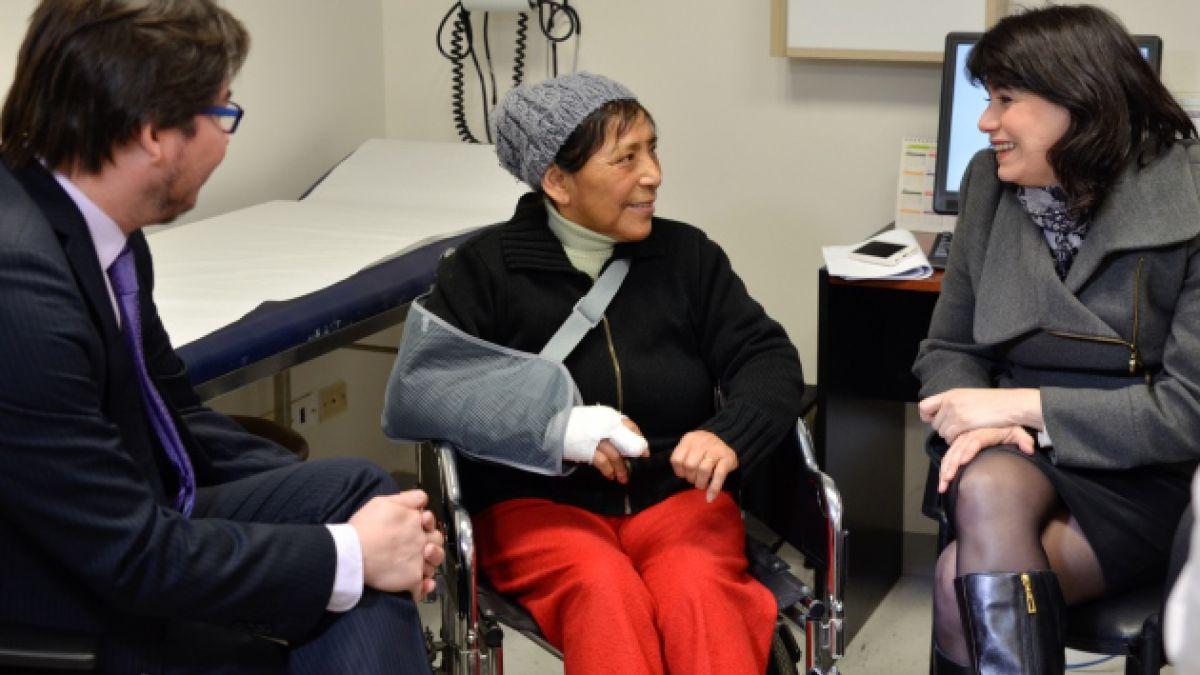 Ministra Javiera Blanco visita a la trabajadora que perdió un dedo por el bombazo del subcentro del