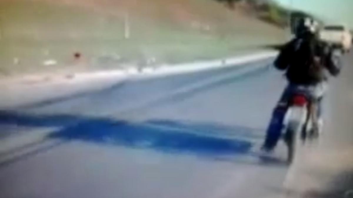 [VIDEO] Motociclista es arrollado a segundos de dar una entrevista por TV