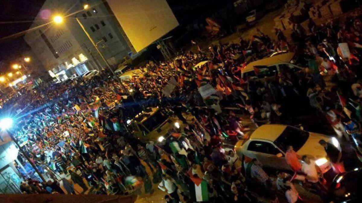 Palestinos marchan hacia Jerusalén en su mayor protesta en años