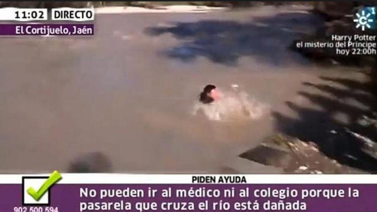 Reportero cae al río en pleno despacho en directo