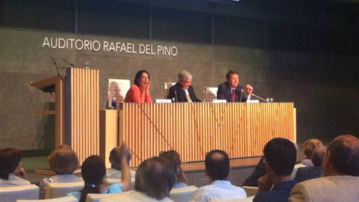 Sebastián Piñera arremete duramente en España contra reformas de Bachelet