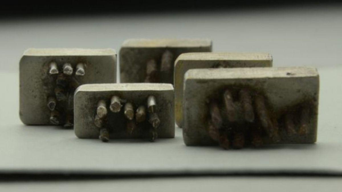 Descubren placas con que los nazis marcaban a judíos en Auschwitz