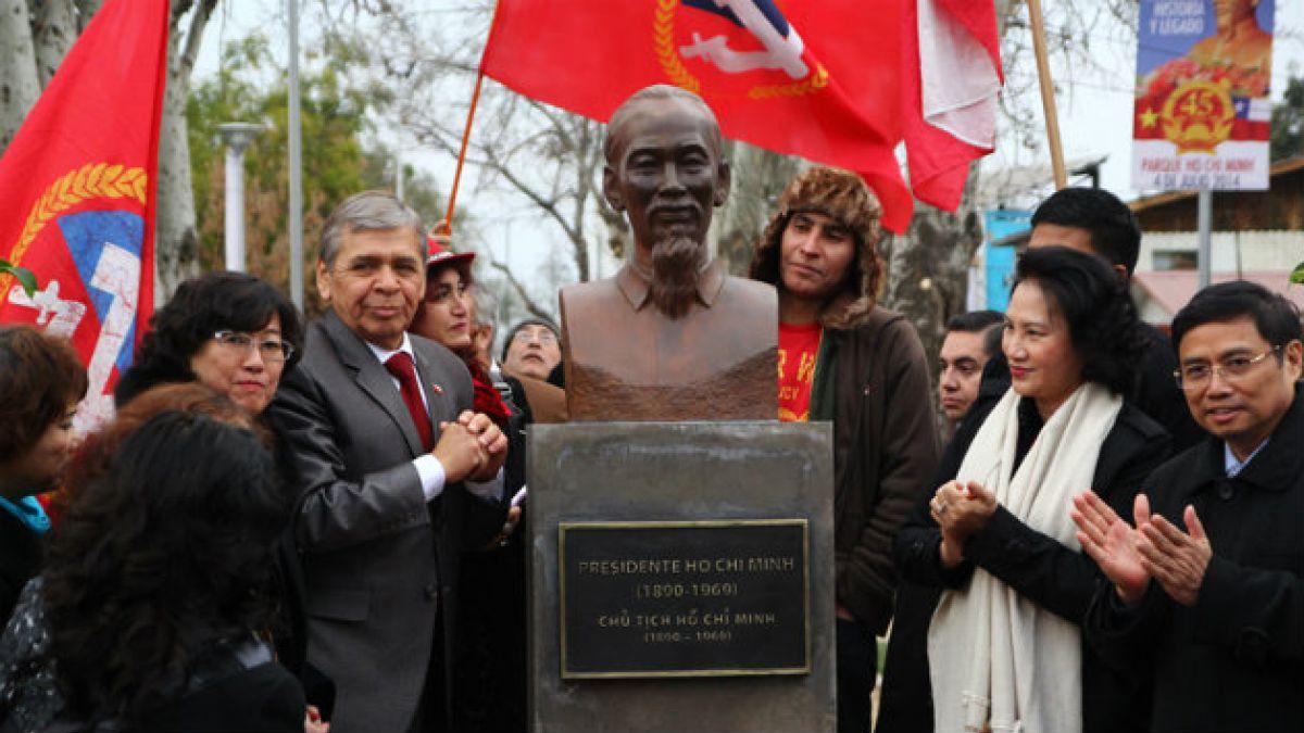 Alcalde Luis Plaza (RN) inaugura busto de ex líder vietnamita Ho Chi Minh en Cerro Navia