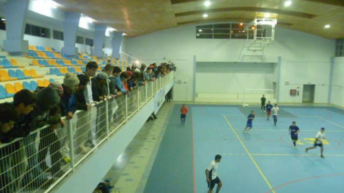 La falla de diseño del nuevo gimnasio de Dichato: El público no puede ver la cancha