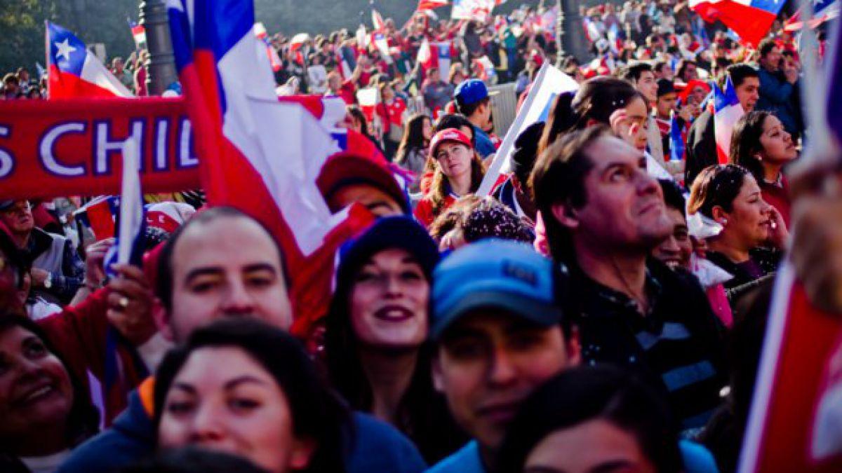 """Cientos de hinchas esperan llegada de la """"Roja"""" a la Plaza de la Constitución"""