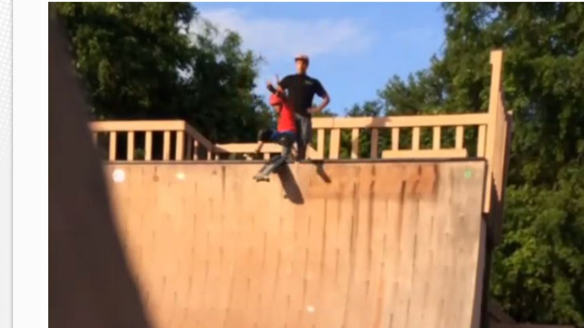 VIDEO: Padre patea a hijo por rampa de skate