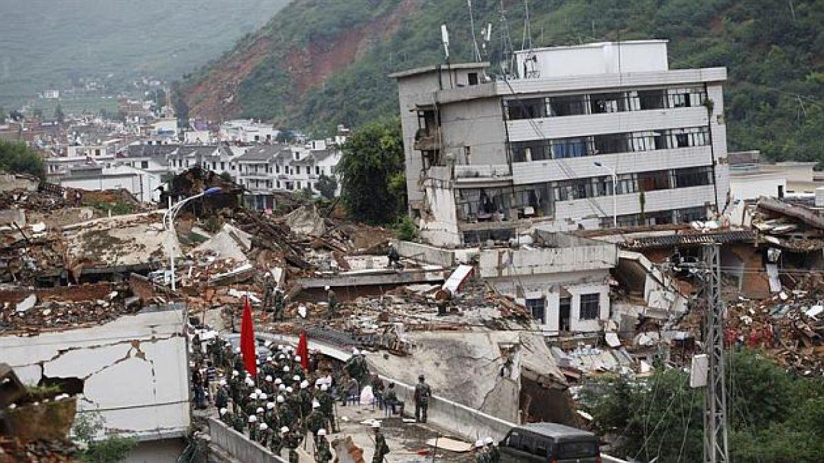 Suben a 398 las víctimas tras el  terremoto en el sur de China