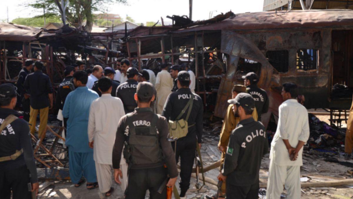 Al menos 12 muertos y 40 heridos deja atentado a tren en Pakistán