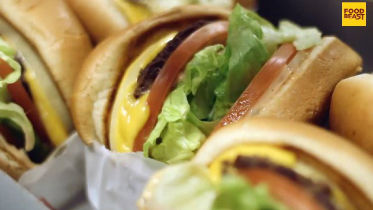 Así se debe comer una hamburguesa para no ensuciarse