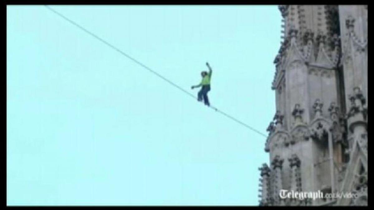 Viena: Hombre realiza temeraria proeza