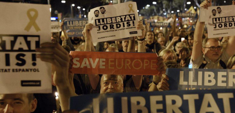 Unas 200 mil personas protestan en Barcelona por detención de dos independentistas