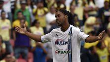 Deleita en 10 minutos: Ronaldinho mete dos goles y sale ovacionado por los rivales