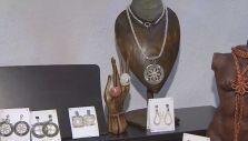 [VIDEO] Artesana realiza joyas tejidas con hilos de cobre y plata