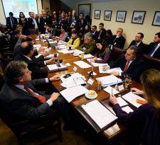 Comisión del Senado aprueba elección de intendentes con 40% de los votos