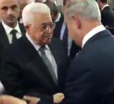 Apretón de manos entre Netanyahu y Abas en el funeral de Peres