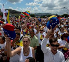 Marcha de mujeres en Venezuela exige referendo revocatorio contra Maduro