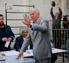 Lagos vota en Santiago y dice que la obligatoriedad del voto es materia de discusión
