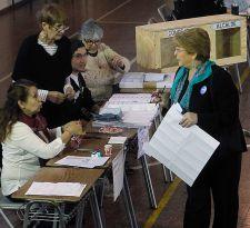 Bachelet explica su percance al votar: a los vocales se les olvidó pasarme el carnet y el libro