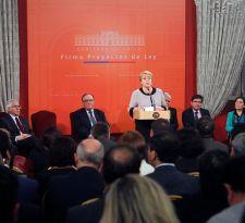 Bachelet sale en defensa a las reformas de su gobierno: No hemos abandonado nuestro compromiso