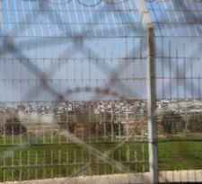 Vista desde la cerca de seguridad. Al final se observa la Franja de Gaza.
