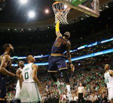 LeBron sobrepasa a Michael Jordan como máximo anotador en playoffs de NBA