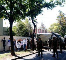 Carabineros desaloja a manifestantes que se tomaron comando de Sebastián Piñera
