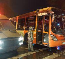 [FOTOS] Desconocidos queman bus del Transantiago en cercanías a Parque Bustamante