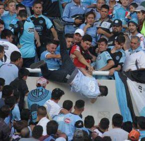 Violencia en clásico argentino: Belgrano - Talleres 1492358836-oleima20170415016816