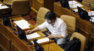 Gabriel Boric se mantuvo sentado durante minuto de silencio en memoria de Jaime Guzmán