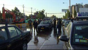 [T13 AM] Carabineros dispersan a colectiveros que bloquean importante avenida