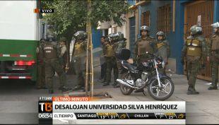 [T13 AM] Desalojan a estudiantes que se tomaron la Universidad Católica Silva Henríquez